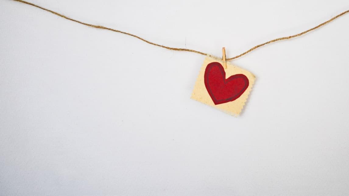 Un nuovo inizio, un cuore rosso appeso su filo.