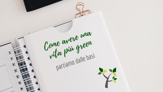Una pagina di libro con scritto come avere una vita più green, partiamo dalle basi ed il disegno di un piccolo albero